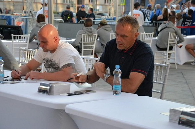 Oslavy zahájila akce na Prokešově náměstí v Ostravě, součástí byla autogramiáda současných i bývalých fotbalistů Baníku