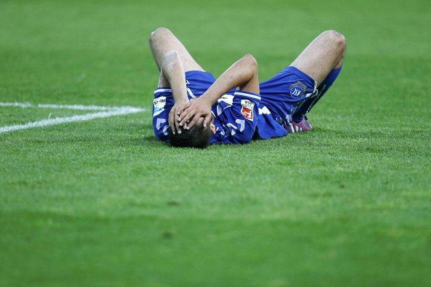 Zdrcený fotbalista Karlsruhe Dimitrij Nazarov po neúspěšné baráži s Hamburkem o účast v bundeslize.