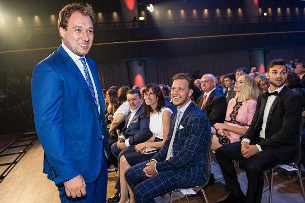 Hokejisté Jan Kovář (vlevo), David Pastňák s maminkou (vpředu) a Michael Frolík s partnerkou Dianou Kobzanovou během slavnostního vyhlášení ankety Zlatá hokejka ve Fórum Karlín v Praze.