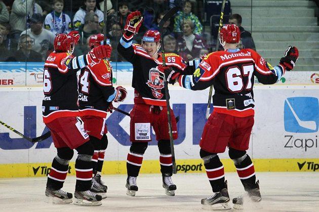 Autor první branky Východočechů na ledě Liberce Rudolf Červený (uprostřed) se raduje se spoluhráči z Hradce.