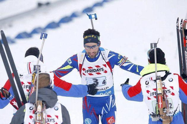 Biatlonista Martin Fourcade a další členové francouzské smíšené štafety slaví vítězství v zahajovacím závodu MS v Norsku.