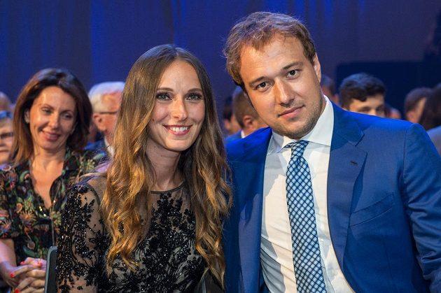 Hokejista Jan Kovář s partnerkou během slavnostního vyhlášení ankety Zlatá hokejka 2017.