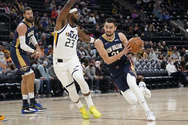 Basketbalista Tomáš Satoranský proniká v přípravném utkání před NBA ke koši Utahu Jazz. Český reprezentant nastoupil poprvé v základní sestavě New Orleans.