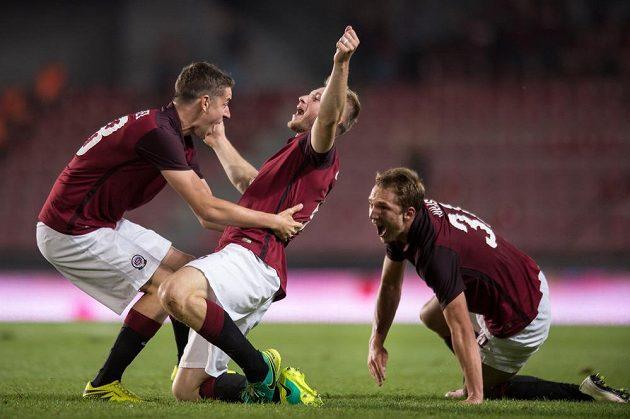 Fotbalisté Sparty (zleva): Ondřej Zahustel, Jakub Brabec a Lukáš Juliš oslavují gól na 3:2 proti Sonderjyske.
