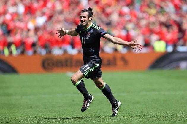Velšský fotbalista Gareth Bale se raduje z gólu proti Anglii.