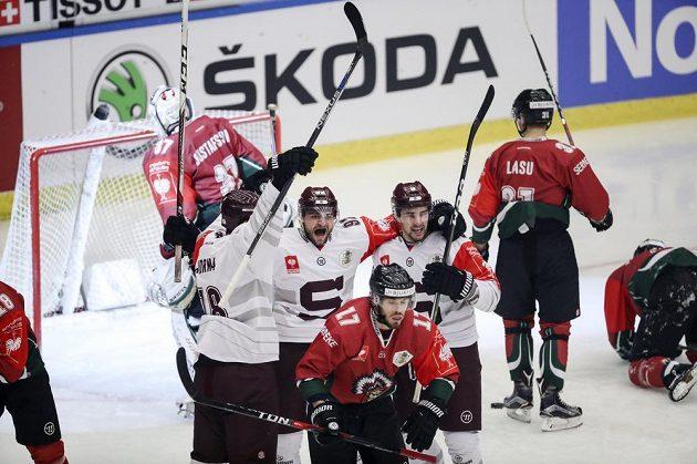 Sparťan Lukáš Cingel (6) se raduje se spoluhráči z gólu proti Frölundě ve finále Ligy mistrů.