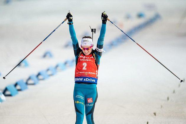 Francouzka Anais Chevalierová oslavuje vítězství ve stíhacím závodu v Novém Městě na Moravě.