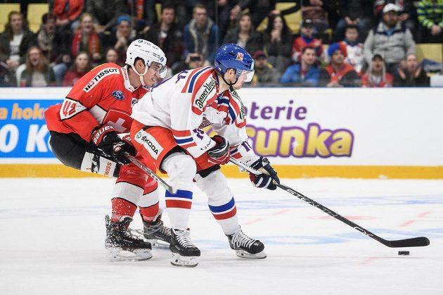 Český útočník Roman Červenka a Tobias Geisser ze Švýcarska během utkání Euro Hockey Challenge v Příbrami.