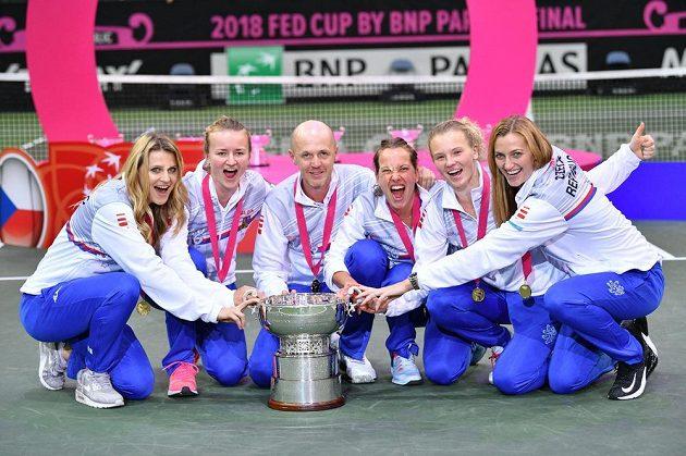 Vítězný český tým (zleva) Lucie Šafářová, Barbora Krejčíková, nehrající kapitán Petr Pála, Barbora Strýcová, Kateřina Siniaková a Petra Kvitová.
