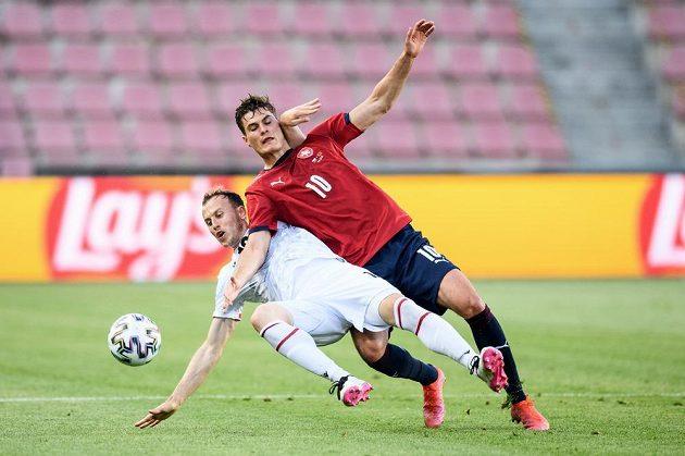 Rey Manaj z Albánie a český útočník Patrik Schick během přípravného utkání před ME.