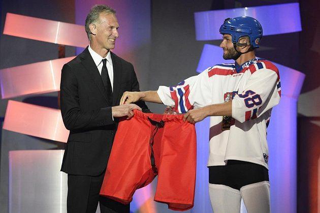Bývalý hokejový brankář Dominik Hašek (vlevo), který měl předat trofej pátému nejlepšímu hokejistovi Ondřeji Palátovi, jenž nebyl přítomen, dostal jako případný kandidát na prezidenta republiky červené trenýrky.