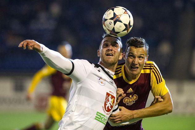 David Vaněček z Hradce Králové (vlevo) a obránce Dukly Michal Jeřábek bojují o míč.