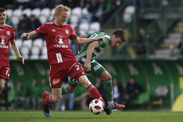 Obránce Sigmy Olomouc Václav Jemelka v souboji s Antonínem Vaníčkem z Bohemians během čtvrtfinále fotbalového MOL Cupu.
