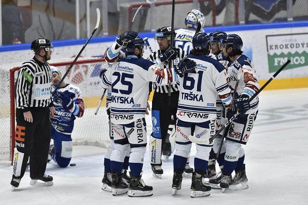 Hokejisté Vítkovic se radují z gólu. Vlevo čárový rozhodčí David Klouček a Petr Holík z Brna.