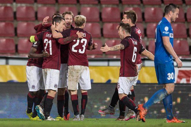 Fotbalisté Sparty se radují z gólu proti Brnu v dohrávce 15. kola Synot ligy.