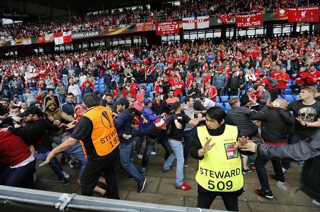 Potyčky fanoušků před finále Evropské ligy mezi Liverpoolem a Sevillou.