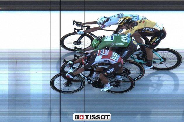 Cílová fotografie 11. etapy. Za Australanem Calebem Ewanem se srovnali Slovák Peter Sagan, Ir Sam Bennett a Belgičan Wout van Aert. Rozhodčí ale Sagana ze stupňů sesadili.