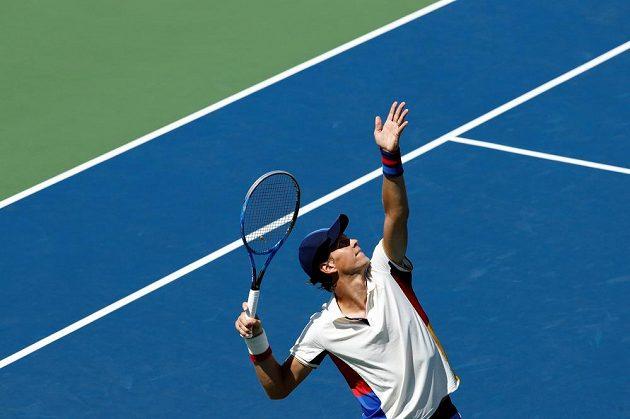 Český tenista Tomáš Berdych podává v prvním kole US Open proti domácímu Ryanu Harrisonovi