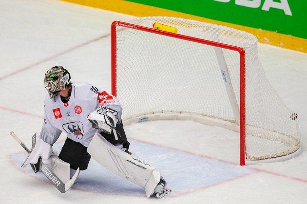 Brankář Reto Berra z Fribourgu inkasuje gól v Třinci.