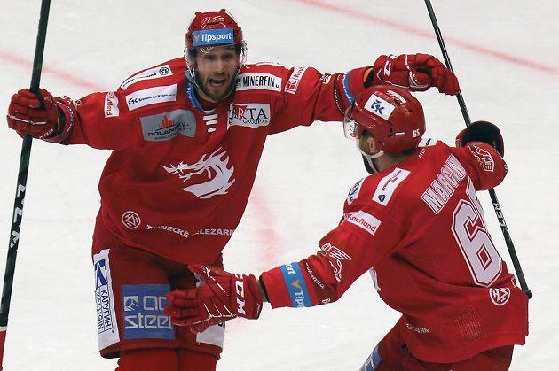 Zleva Daniel Kurovský z Třince a Tomáš Marcinko z Třince se radují z první třinecké branky.