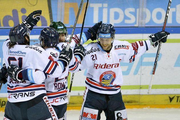 Hráči Vítkovic se radují z prvního gólu proti Spartě.