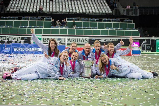 Český fedcupový tým pózuje s trofejí pro vítěze po vítězném finále v Praze.