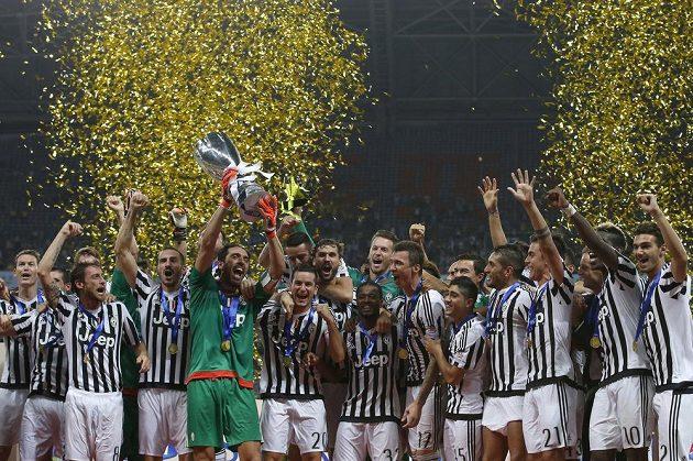 Fotbalisté Juventusu se radují ze zisku italského Superpoháru.