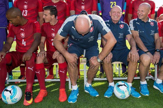Nejstarší a sedá si jako poslední. Asistent trenéra Miroslav Koubek si hledá místo vedle svého nadřízeného Karla Jarolíma a Borise Kočího.