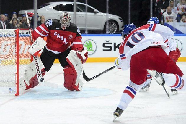 Roman Červenka střílí na brankáře Kanady Mikea Smitha.