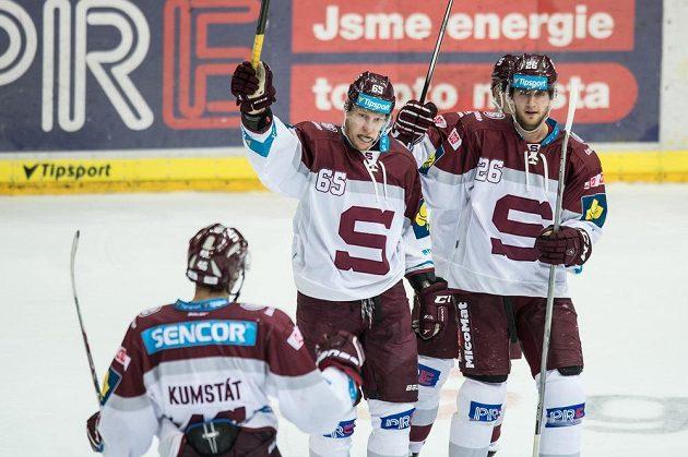 Hokejisté Sparty Praha Michal Čajkovský (uprostřed) a Juraj Mikuš oslavují gól na 3:0 proti Pardubicím.
