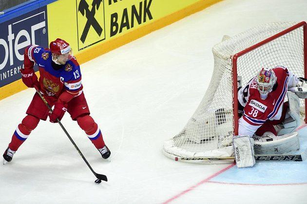 Brankář české reprezentace Dominik Furch a ruský útočník Pavel Dacjuk (vlevo) v zápase MS.