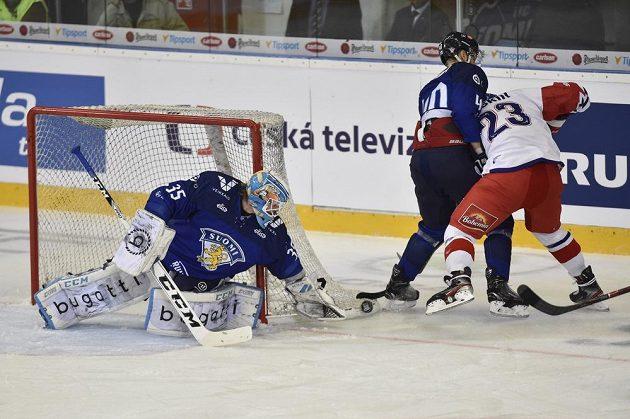 Finský brankář Jussi Olkinuora zasahuje před českým útočníkem Dmitrijem Jaškinem. Uprostřed Petteri Lindbohm.