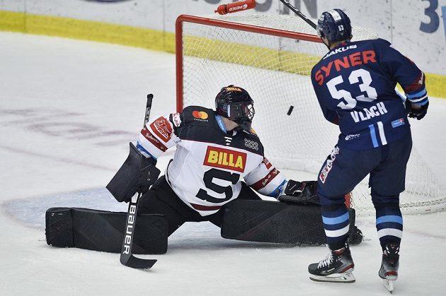 Jaroslav Vlach střílí první gól Liberce. Vlevo je brankář Sparty Matěj Machovský.