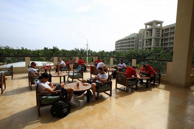 Hráči odpočívají v letovisku San-ja.