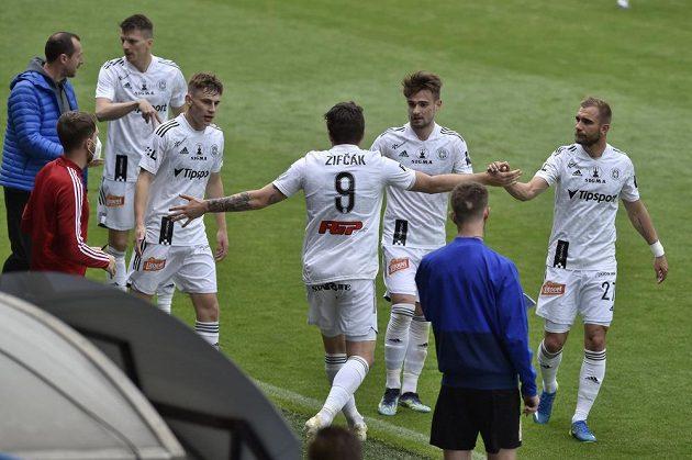 Hráči Olomouce se radují z prvního gólu, který dal Pavel Zifčák (uprostřed).