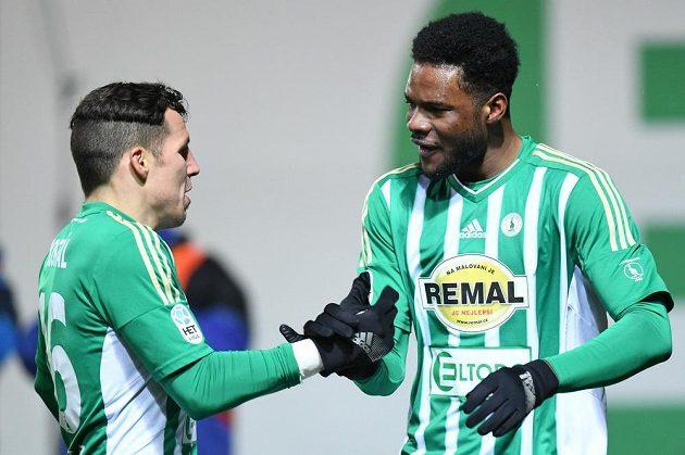 Fotbalisté Bohemians 1905 Martin Dostál (vlevo) a Benjamin Tetteh oslavují gól na 2:0 proti Dukle.