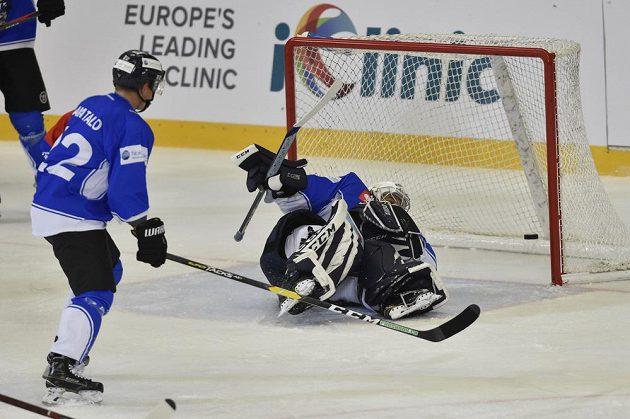 Brankář Zugu Sandro Aeschlimann inkasuje gól na ledě Komety Brno. Vlevo přihlíží jeho spoluhráč Santeri Alatalo.