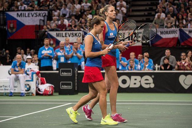 České tenistky Barbora Strýcová (vlevo) a Karolína Plíšková během závěrečnéhu duelu finále Fed Cupu v Praze.