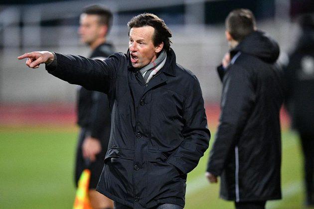 Trenér František Straka vedl poprvé Karvinou v ligovém utkání na Julisce. Po pěti minutách vedla Dukla 2:0, Straka však dál gestikuloval a hnal svůj tým do útoku.