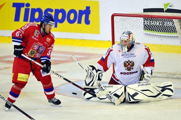 Český hokejový útočník Lukáš Pech (vlevo) před ruským brankářem Konstantinem Barulinem.
