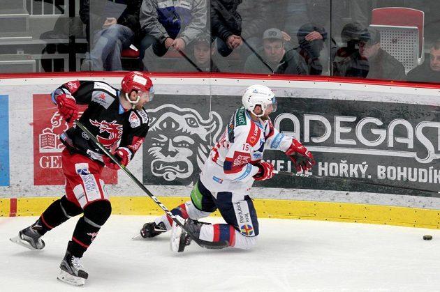 Třinecký David Musil atakoval Marka Trončinského z Pardubic (v pádu) v utkání čtvrtfinále play off ELH.
