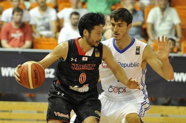 Japonský basketbalista Juta Tabuse (vlevo) a Jiří Welsch během přípravného zápasu.
