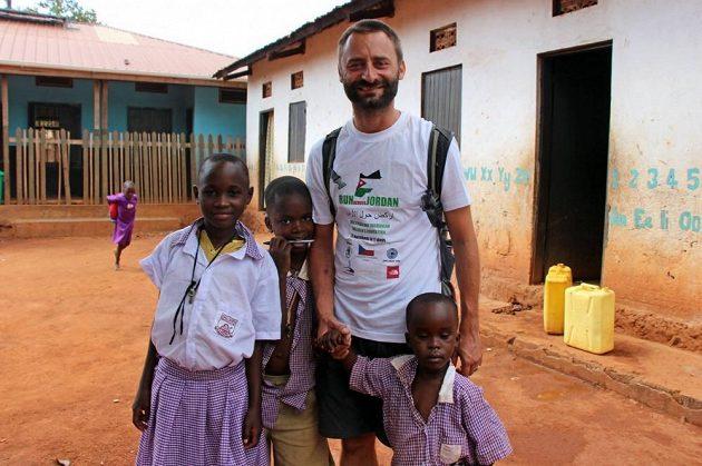 Jméno Davida je spojeno s pomocí africkým zemím s přístupností pitné vody.