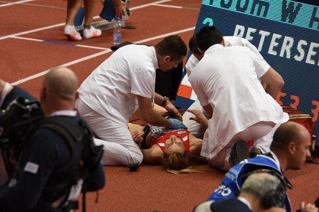 Denisa Rosolová je ošetřována po pádu ve rozběhu halového ME.