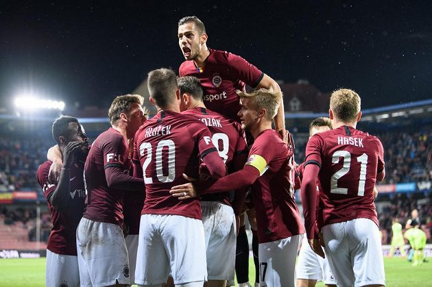 Fotbalisté Sparty oslavují gól na 1:0 během utkání s Karvinou.
