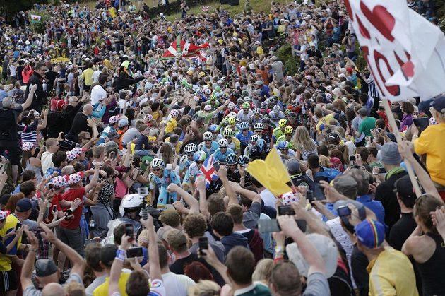 Peloton Tour de France ukrytý v záplavě faboušků při druhé etapě.