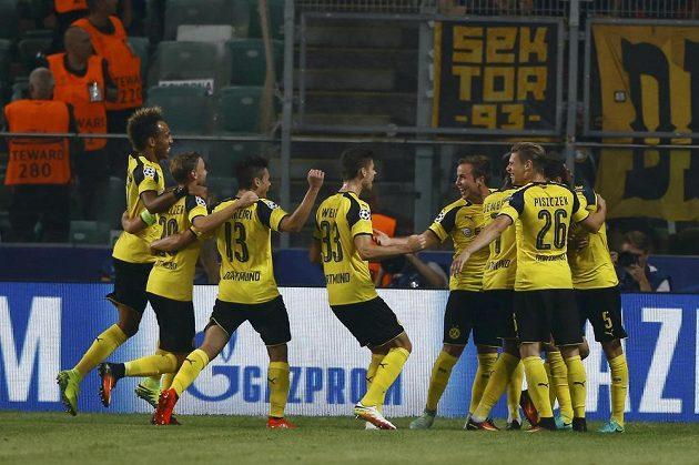 Fotbalisté Dortmundu slaví vstřelený gól na hřišti Legie Varšava.