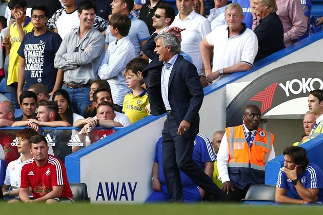 Trenér Chelsea José Mourinho reaguje na červenou kartu pro Thibaulta Courtoise v zápase Premier League proti Swansea.