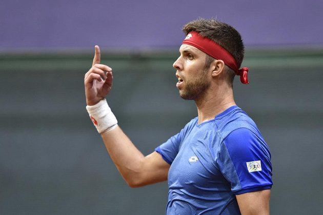 Český tenista Jiří Veselý gestikuluje během úvodn dvouhry daviscupového duelu se Slovenskem.