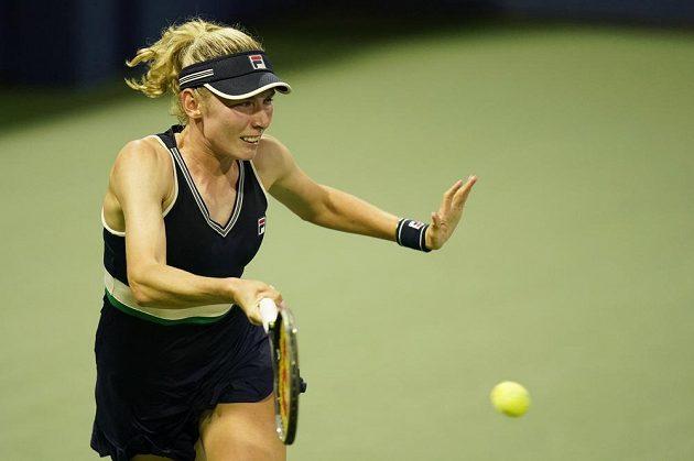 Ruska Jekatěrina Alexandrovová při utkání s Kim Clijstersovou z Belgie.